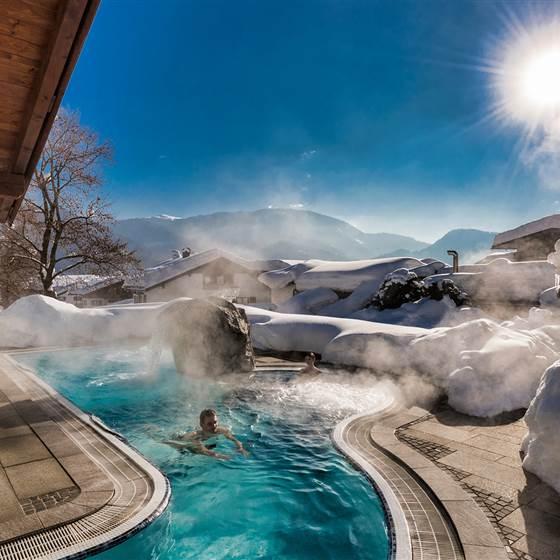 Hotel mit Außenpool in Winterlandschaft