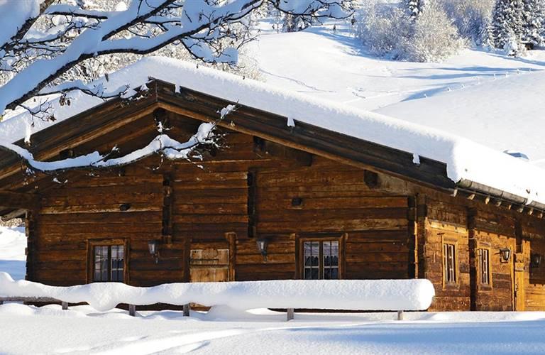 Almhütte mit Schnee bedeckt