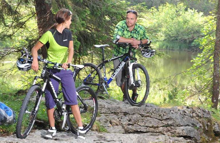 Paar macht Rast beim Mountainbiken