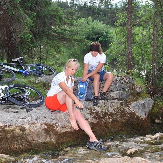 Frauen machen Rast auf einer Radtour