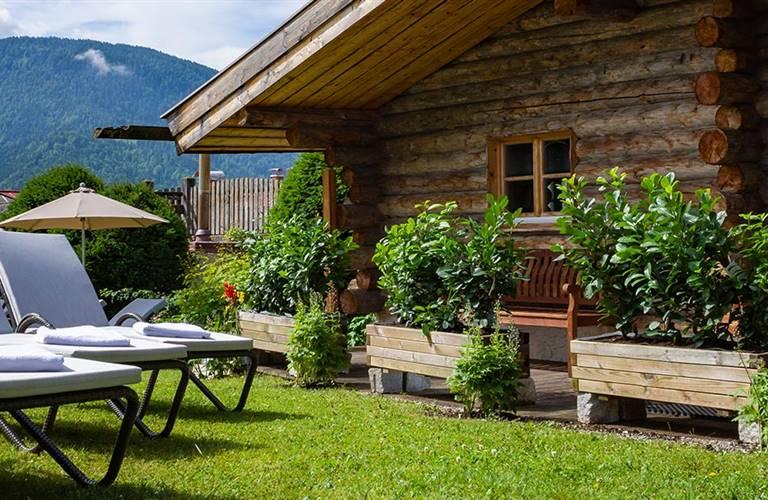 Gartenliegen vor einer finnischen Sauna