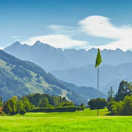 Golfplatz mit Fahne