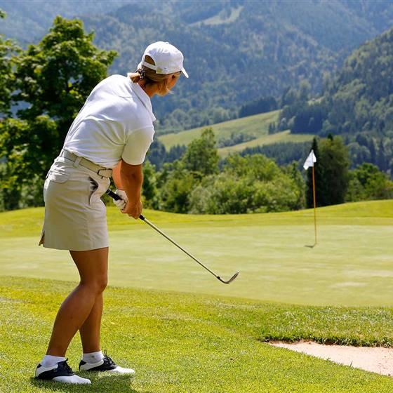 Golferin auf Golfplatz