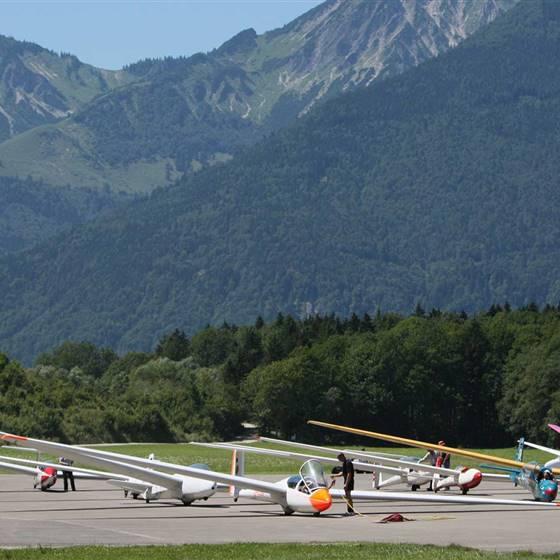 Segelflugzeuge auf der Landebahn