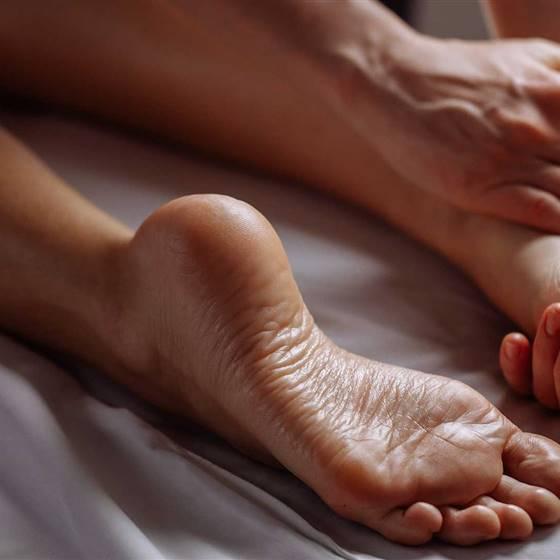 Frau bei Bio-Massage